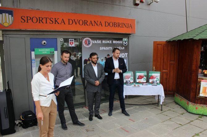 Novi automatski defibrilator ili aparat za oživljavanje postavljen je danas u Sportskoj Dvorani Dobrinja u Sarajevu